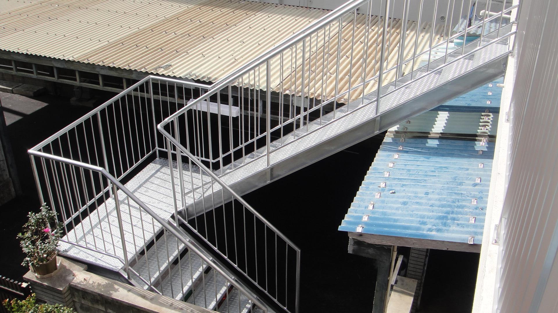 折り返しスチール製外階段