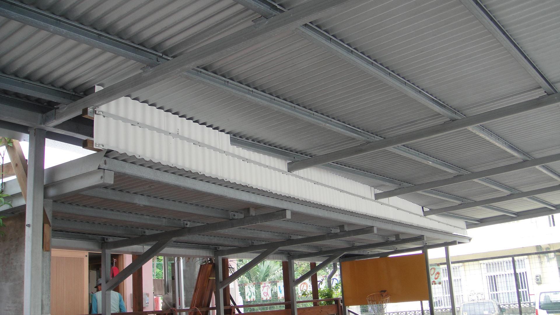 北丘学童の駐車場屋根部のトタン張替え