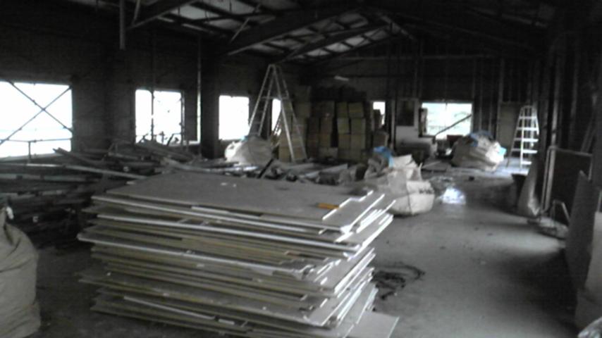 沖縄食糧 工場内装石膏ボード撤去