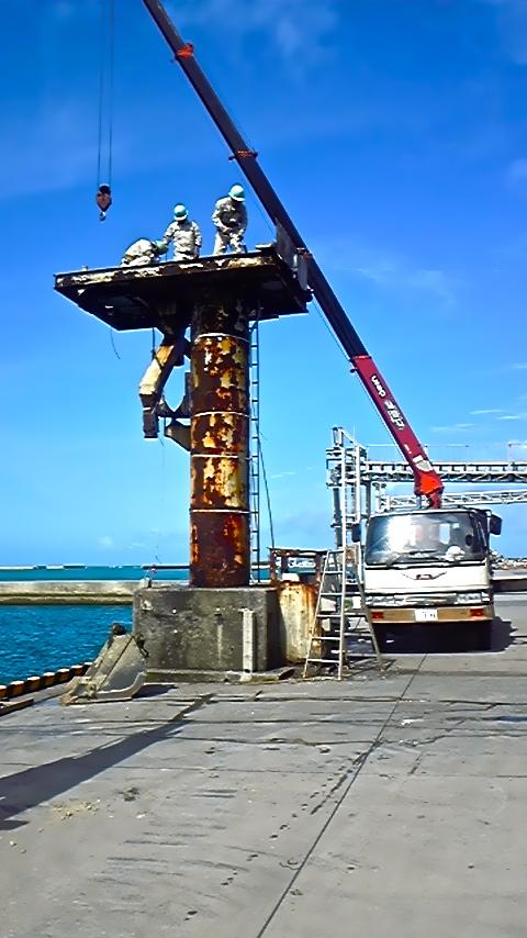 糸満漁港のコンベア撤去作業