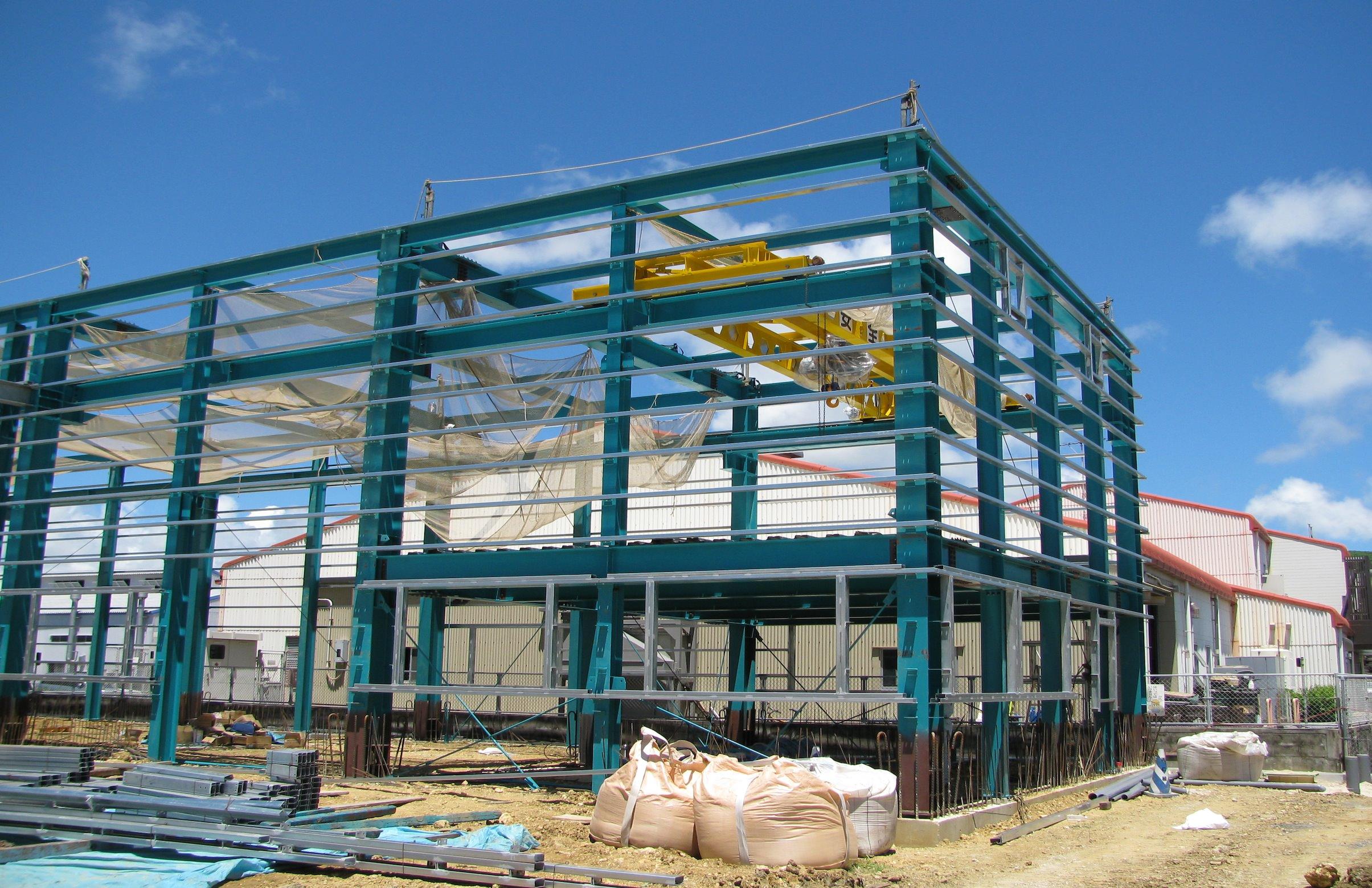 建て方 工場用クレーンを設置