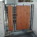 鉄材と木材を合わせたおしゃれな門扉